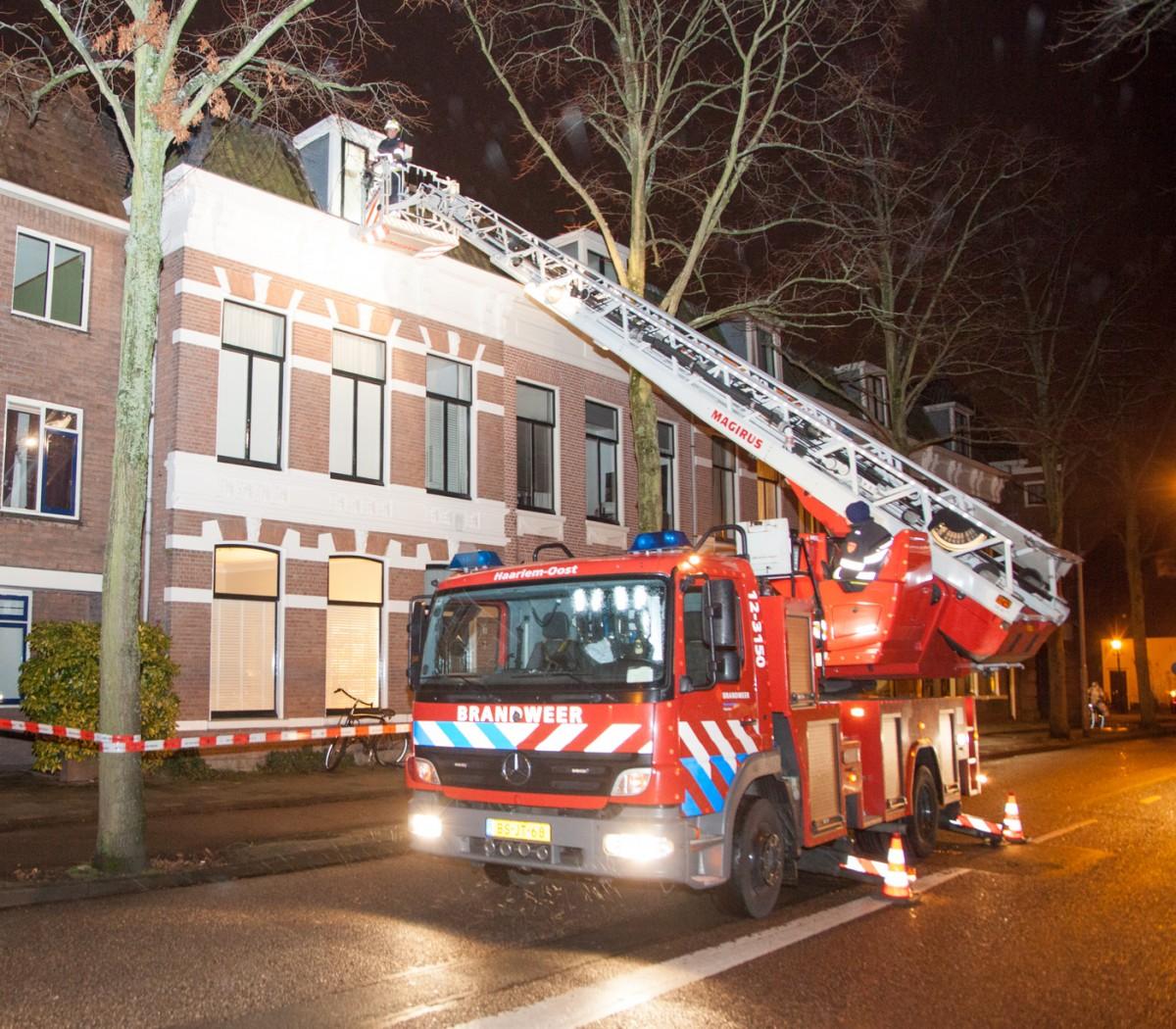 13-01-2016 Politie riep hulp brandweer in voor stormschade Kinderhuisvest Haarlem