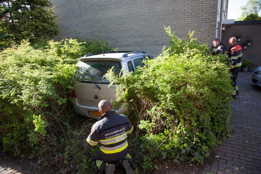 4360af1fdb4d58 Haarlem – Een auto met daarin drie personen is zondagavond tegen een woning  gereden. Rond 18:30 uur reed het voertuig tegen het pand in de Dillestraat.