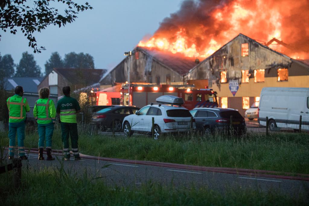 Zeer grote brand in drie loodsen aan de Raasdorperweg in Lijnden