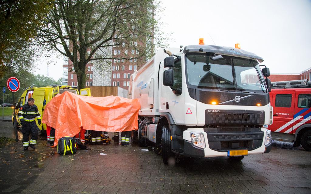 Fietser onder vuilniswagen van Zeggelenplein Haarlem