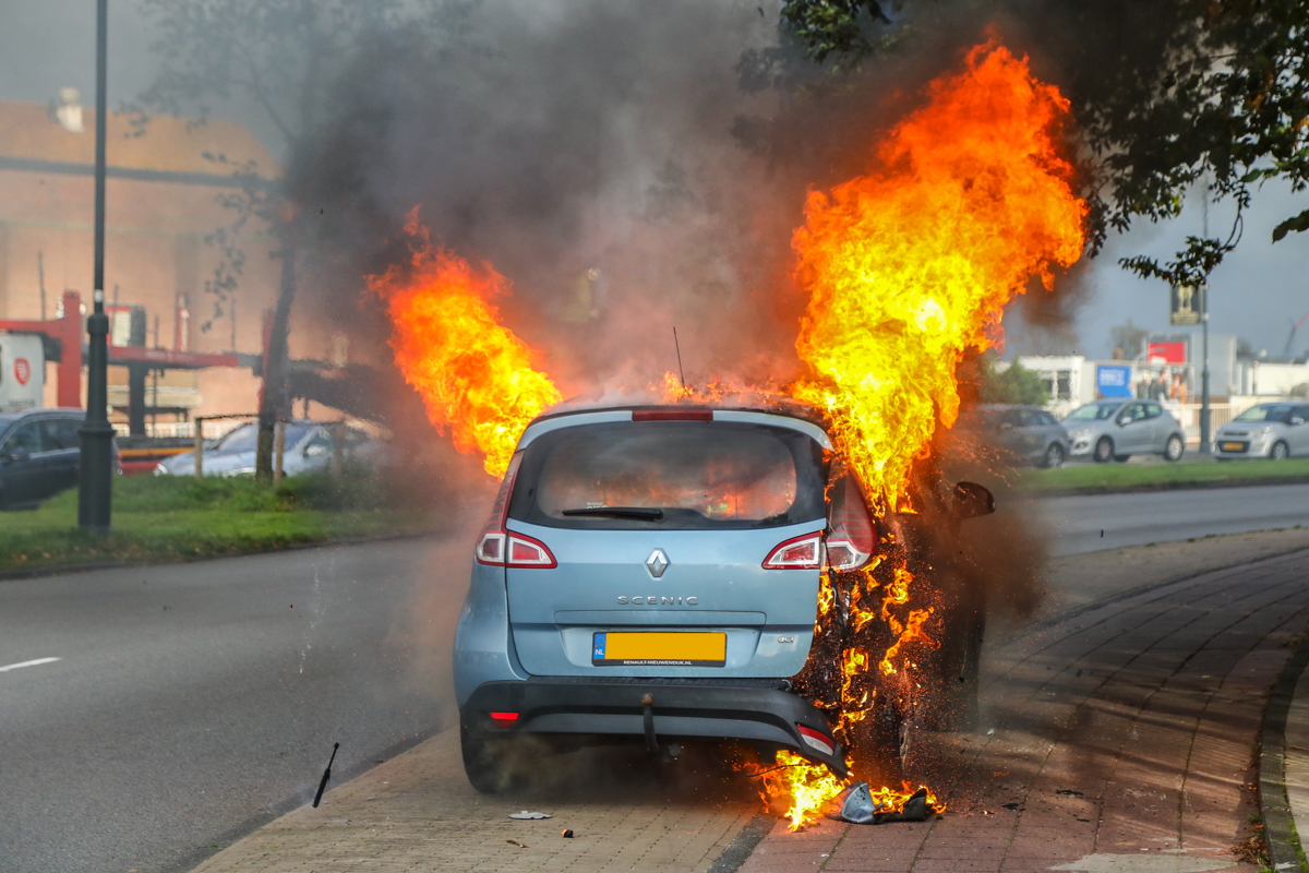 Autobrand bij de Buitenrustbrug in Haarlem