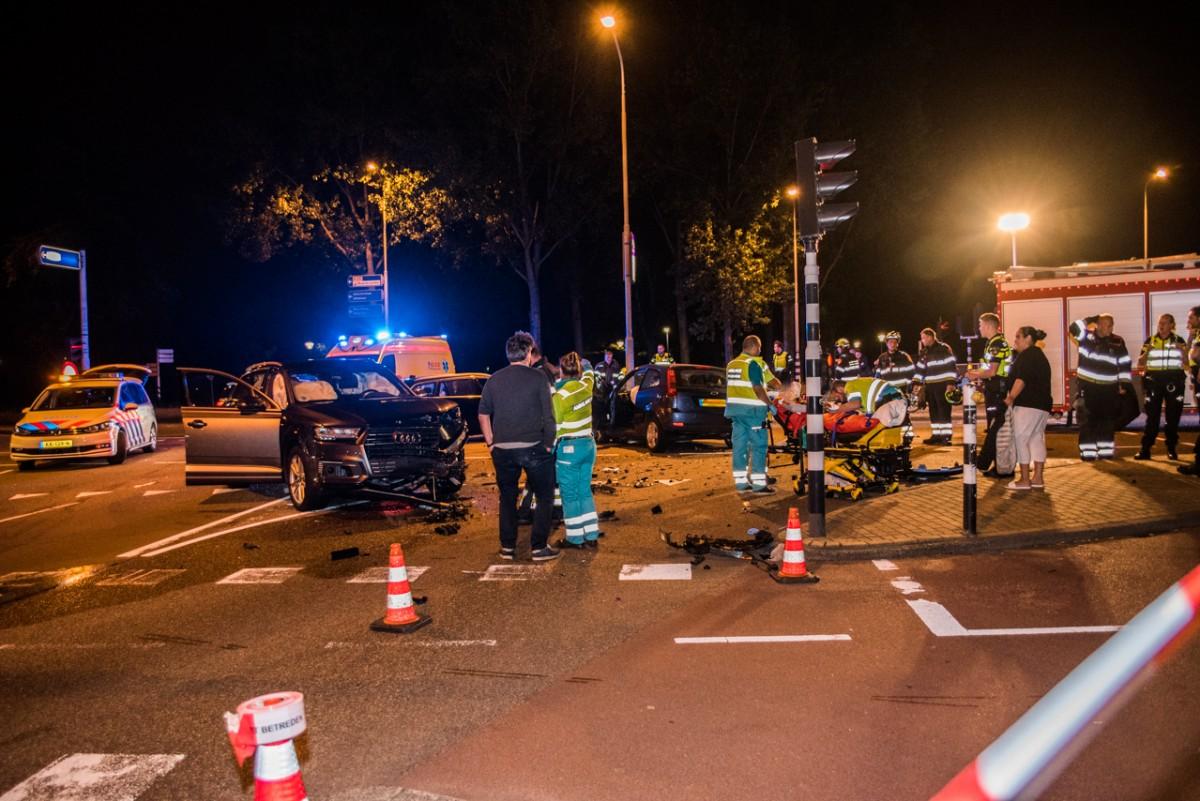 Ongeluk tussen twee personenauto's op de kruising Schipholweg met de Schalkwijkerstraat Haarlem