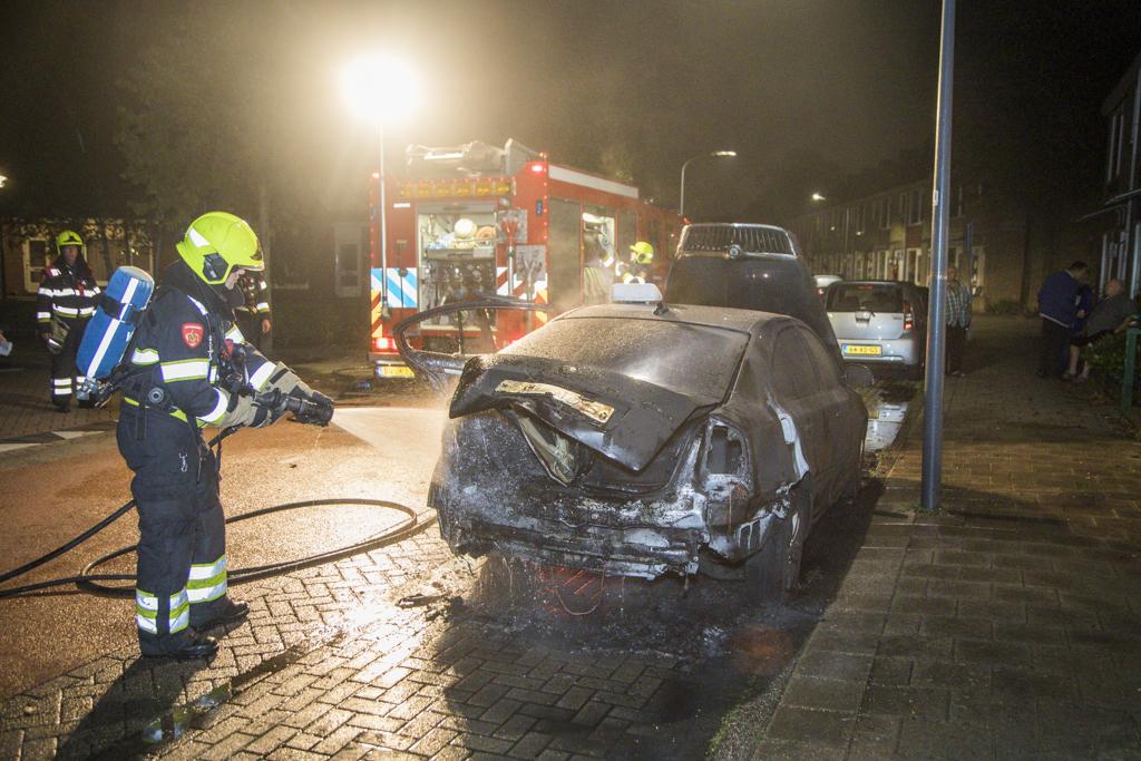 Taxi in brand op de Jane Addamstraat Haarlem Schalkwijk
