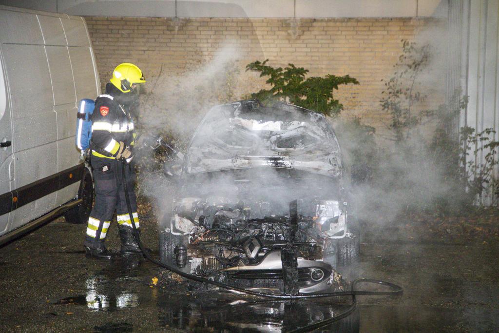 Auto volledig uitgebrand Alphons Ariensstraat Haarlem