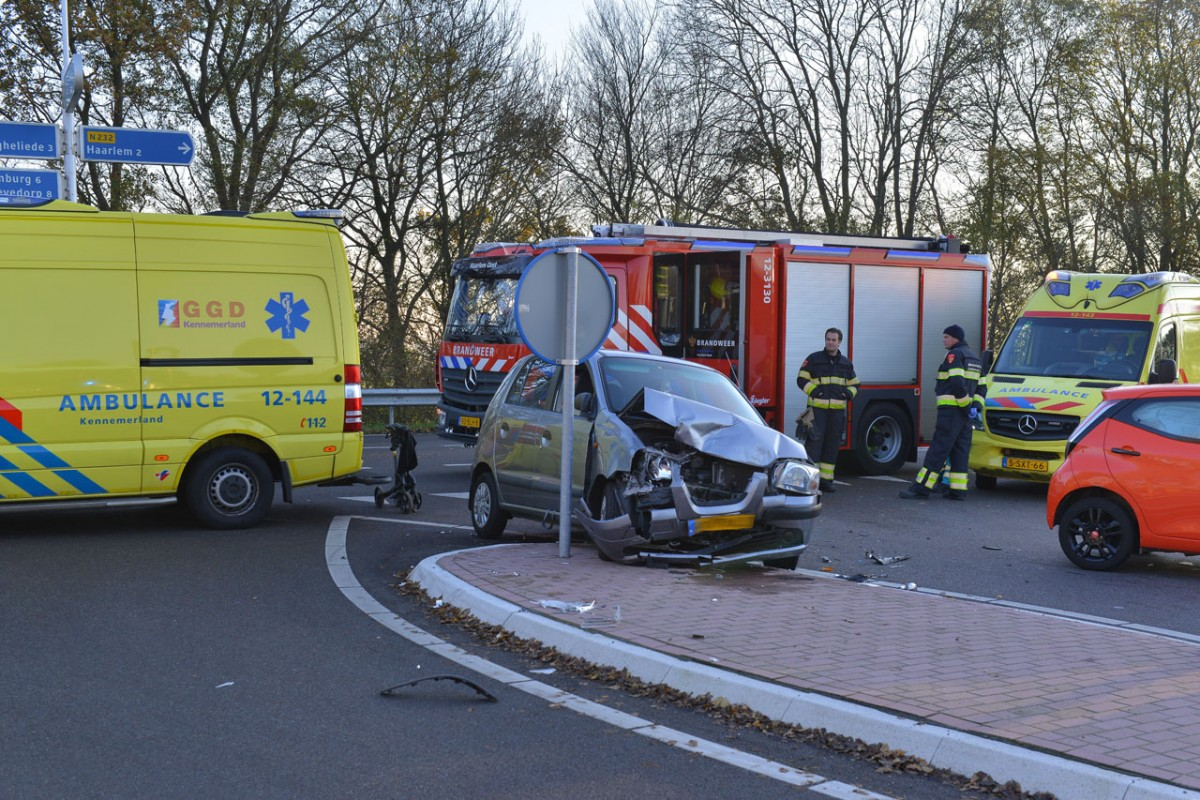 Verkeersongeval tussen twee auto's op de N232 Schipholweg