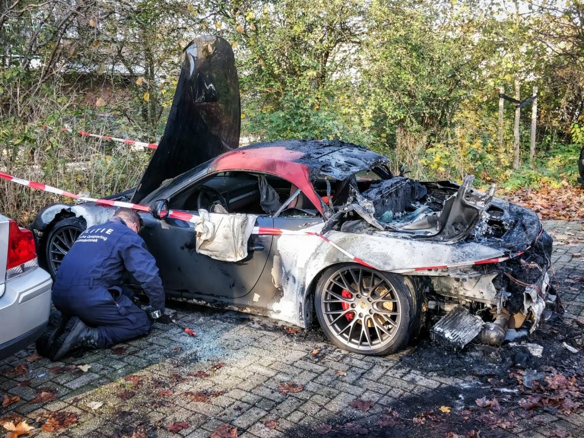 Een Porsche in vlammen aan de Engelenburg Haarlem Schalkwijk