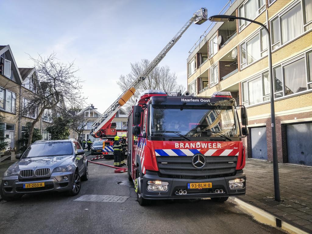 Persoon gewond na dakbrand William Boothstraat Haarlem Schalkwijk