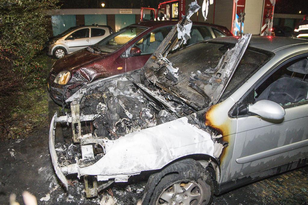 Geparkeerde auto uitgebrand Vlielandhof in Haarlem Schalkwijk