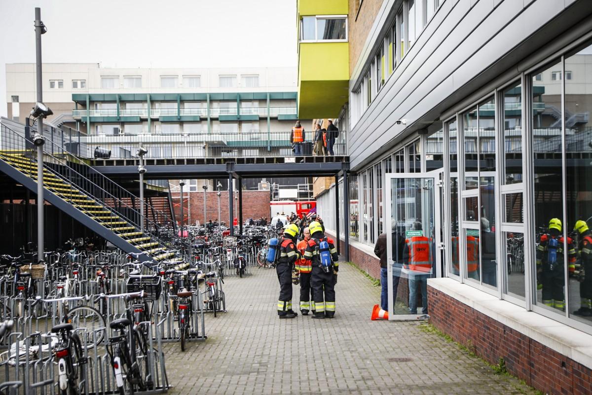 Brand in prullenbakken op meerdere verdiepingen bij school in Haarlem