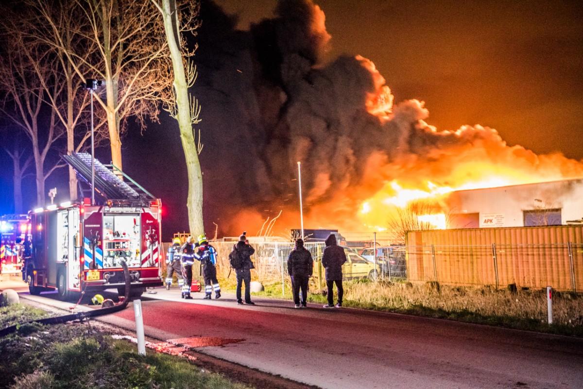 Zeer grote brand bij autobedrijf Spaarnwouderweg Vijfhuizen