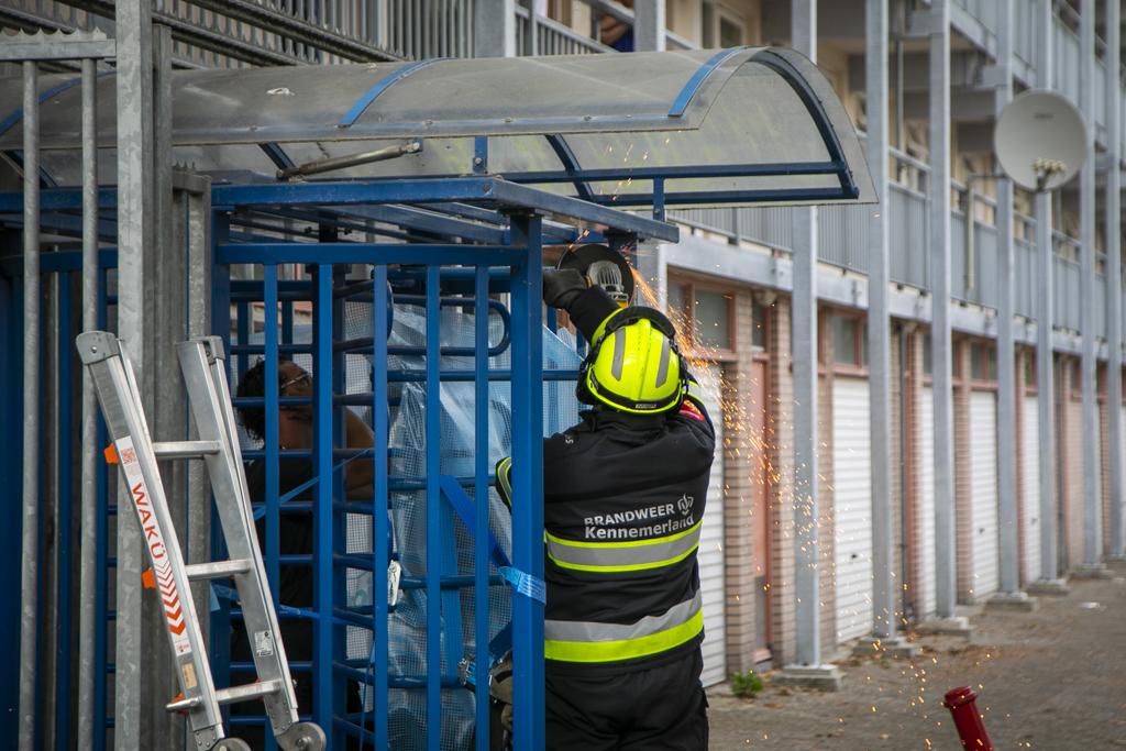 Meisje bekneld in een draaideur flat Laan van Angers Haarlem Schalkwijk