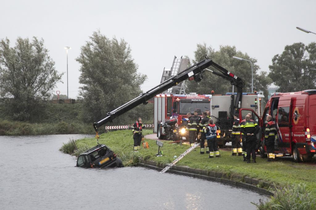 Hulpdiensten uitgerukt voor achtergelaten auto in Ringvaart