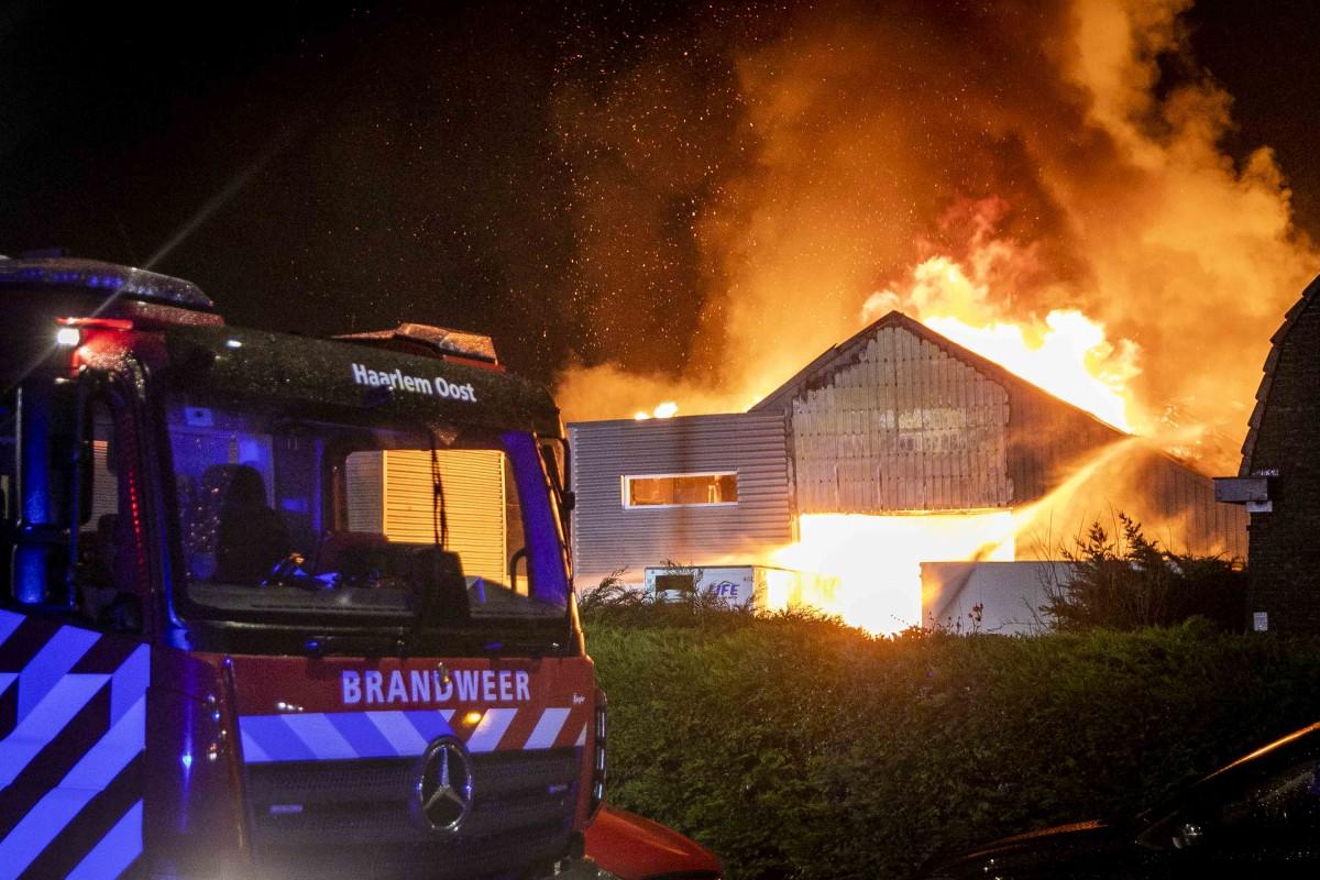 Weer uitslaande loods brand Schipholweg Boesingheliede