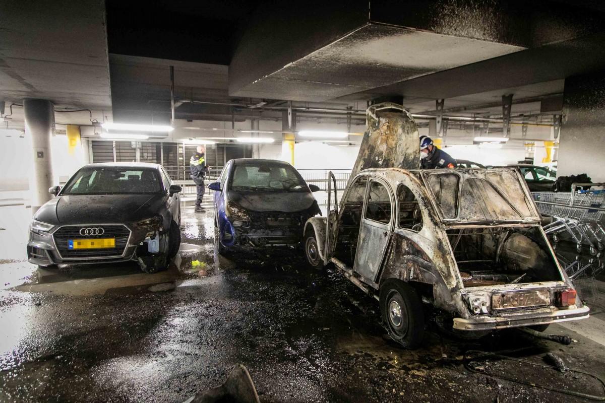 Auto's beschadigd door brand in parkeergarage Raaks