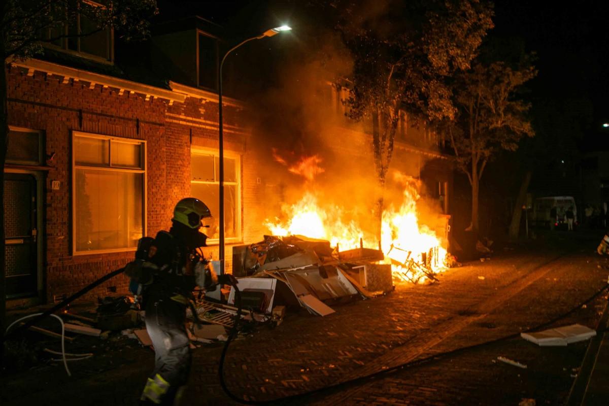 Felle buitenbrand bij sloopwoningen Hieronymus van Alphenstraat in Haarlem