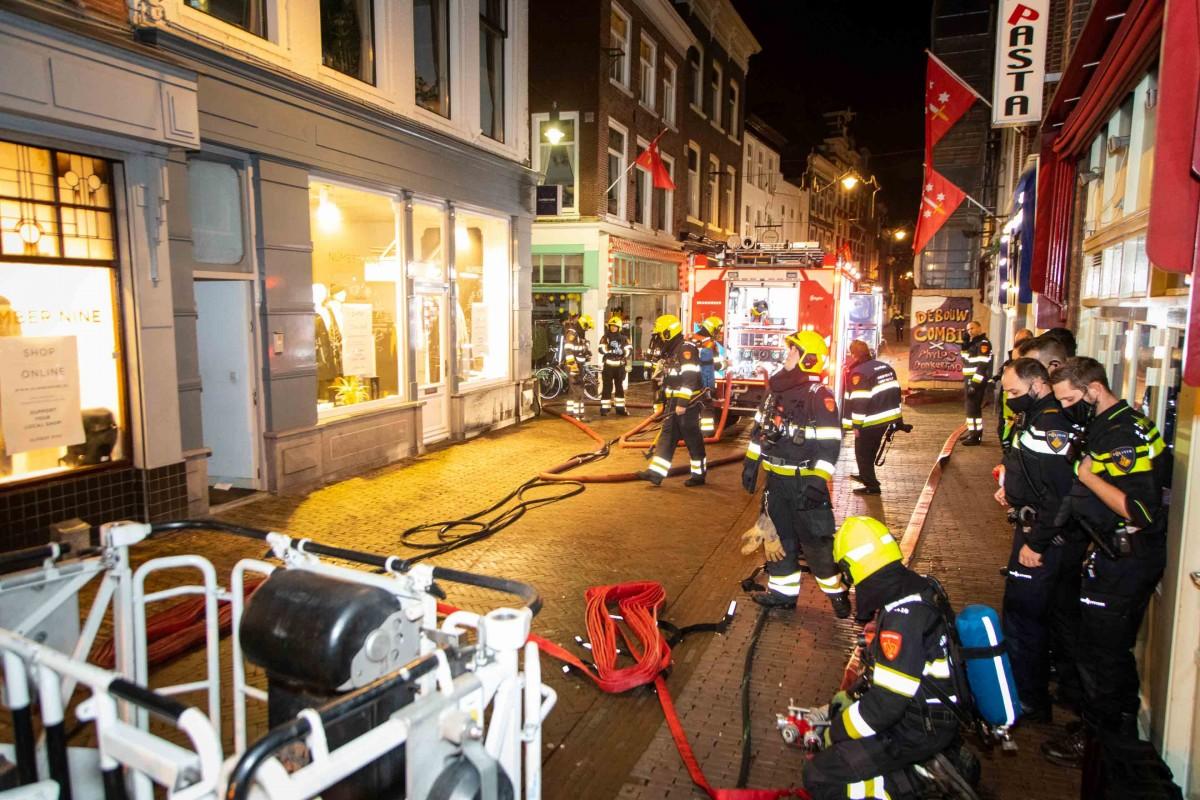 Brandweer enige tijd bezig geweest met lastige brand Kleine Houtstraat Haarlem Centrum