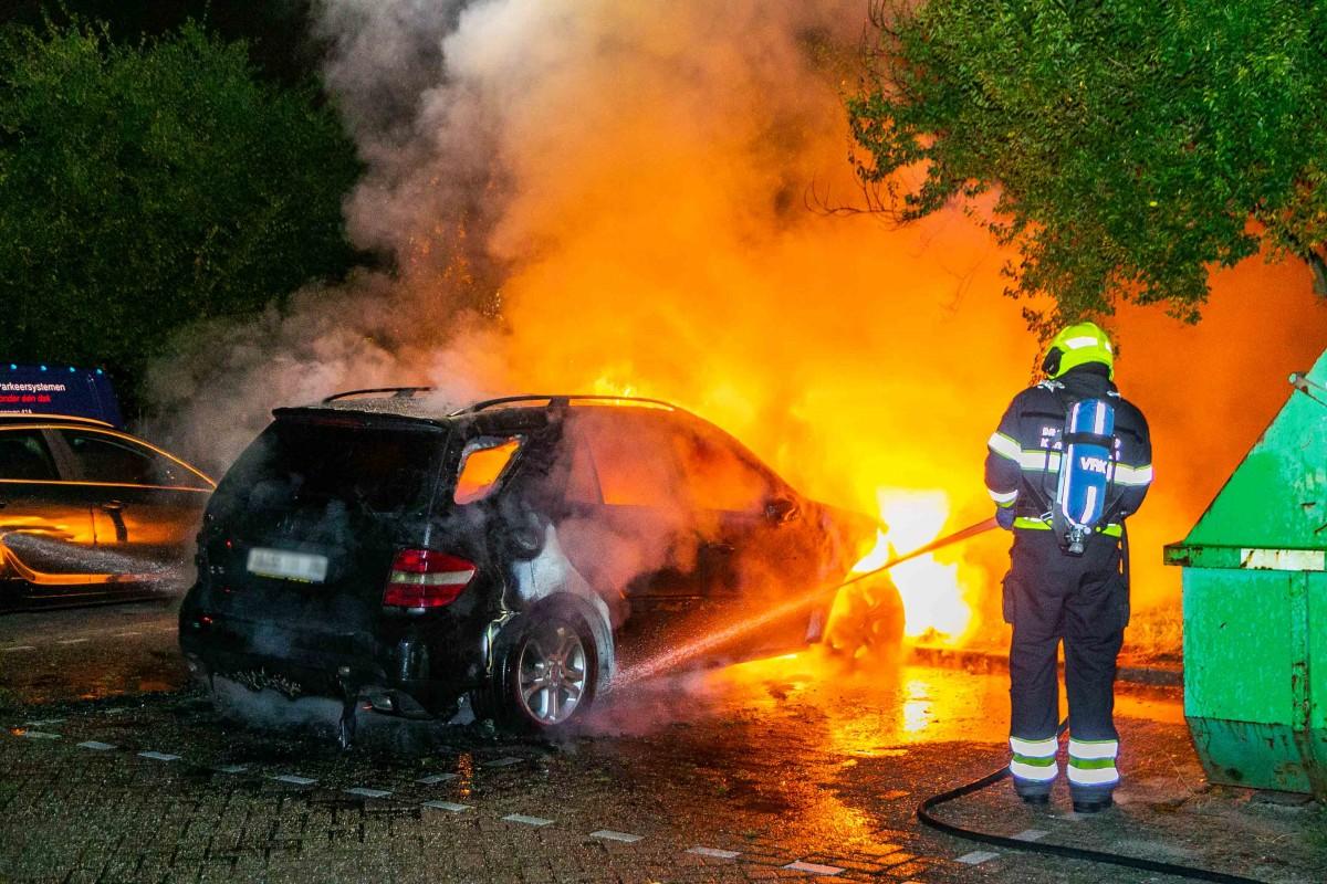 Man gewond bij autobrand in Haarlem Schalkwijk