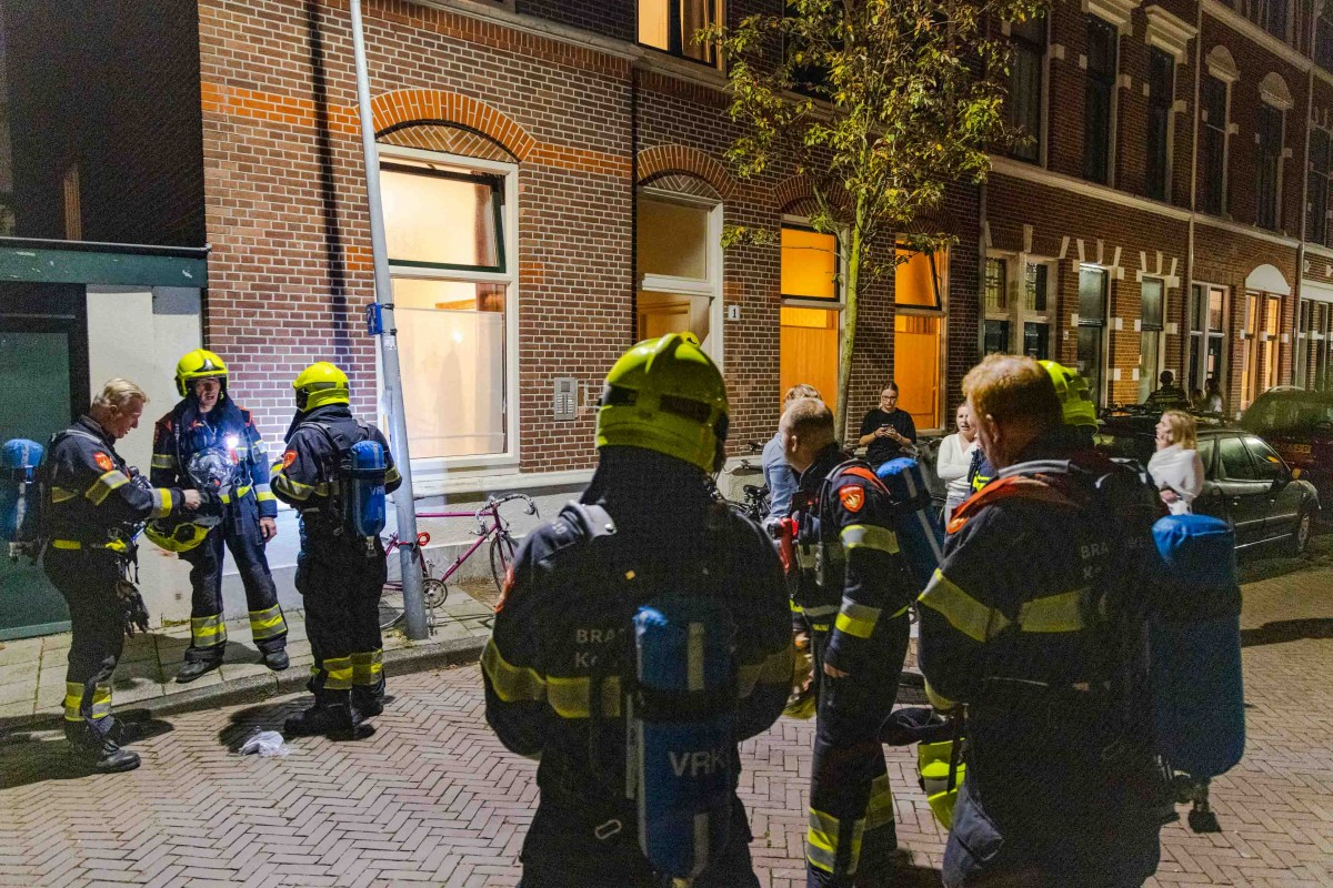 Brandend schilderij snel geblust door bewoners Bloemhofstraat Haarlem