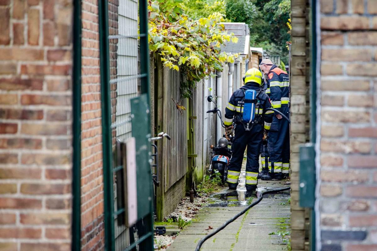 Scooter in brand in schuur Karolingenstraat Haarlem